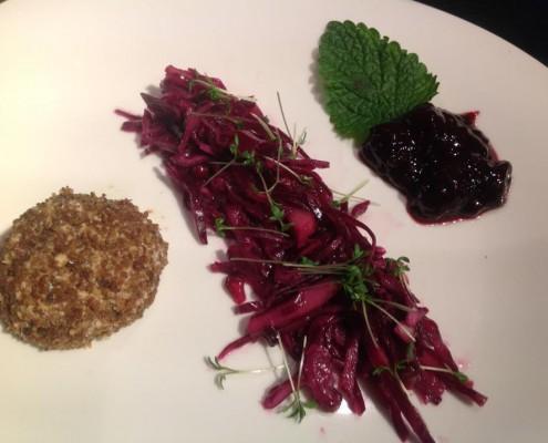 Vorspeise: Praline vom Eifeler Ziegenfrischkäse im Pumpernickel-Walnußmantel, süß-sauer marinierter Rotkohlsalat, Brombeer-Rosmarinmarmelade
