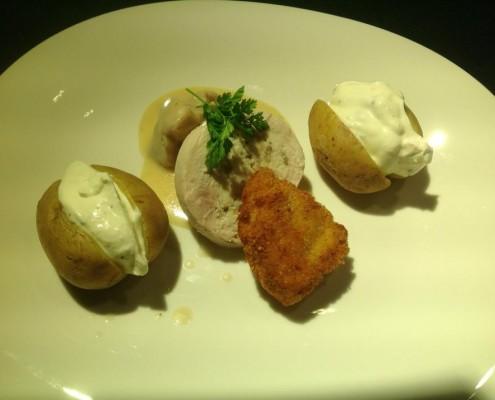 Hauptgericht: Variation vom Kappeler Hahn; Frikassee in Limonenrahm, Galantine mit Pilzrüllung und Backhendl mit Ofenkartoffeln