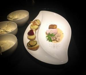Das Hauptgericht: Variation vom Kappeler Hahn; Frikassee in Limonenrahm, Galantine mit Pilzfüllung und Backhendl an Ofenkartoffeln mit dreierlei Dipps.