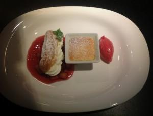 Das Dessert: Hunsrücker Bauernquark; Eclairs gefüllt mit Quarkmousse, Vanille-Quarksouffle, Apfel-Birnengrütze und Himbeereis