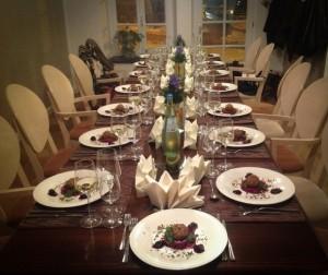 Im Anschluss an den gemeinsamen Küchenspaß genießen die Teilnehmer die eigens zubereiteten Köstlichkeiten