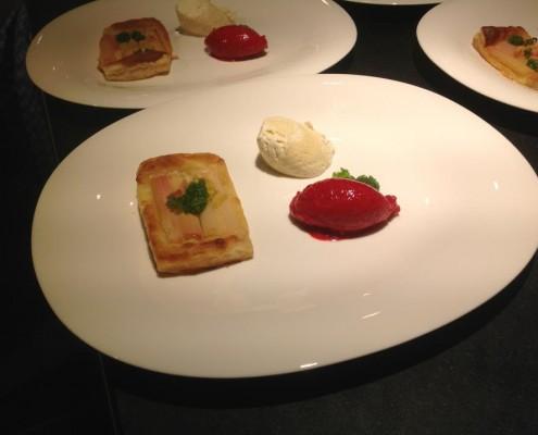 Dessert: Rhabarbertarte mit weißem Espressomousse und schnellem Himbeereis