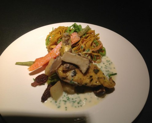 Hauptgericht: Maispoulardenbrust mit Pilzen in Folie gegart, hausgemachte Nudeln und Leipziger Allerlei