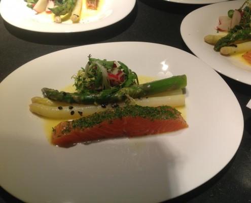Vorspeise: Spargel und Naturkräuter-Radischensalat in Passionsfruchtmarinade und gebeizter Lachs
