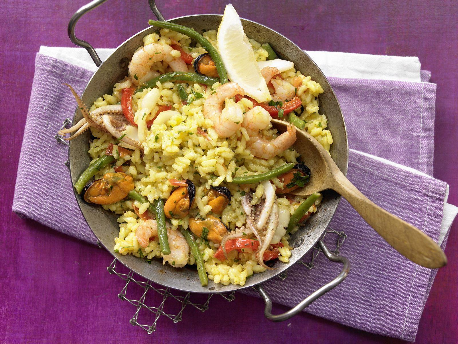 Meeresfrüchte-Paella mit Safran und Gemüse