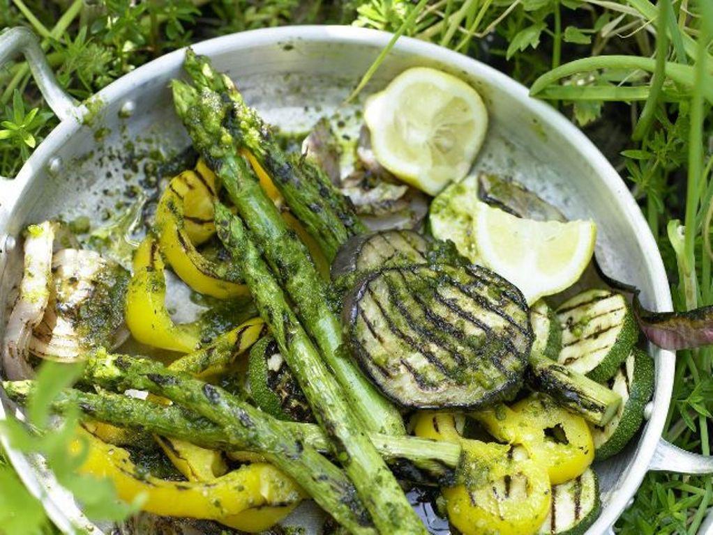 Gegrillte Zucchini mit Topping aus Ricotta und Paprika