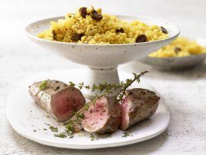 Lammlachs auf Couscous mit Rosinen, Pinienkernen und Harissa