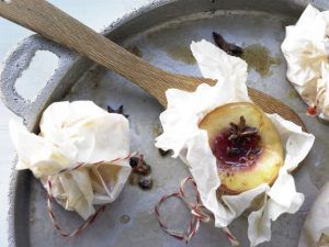 Pfirsiche in Pergament mit Sternanis