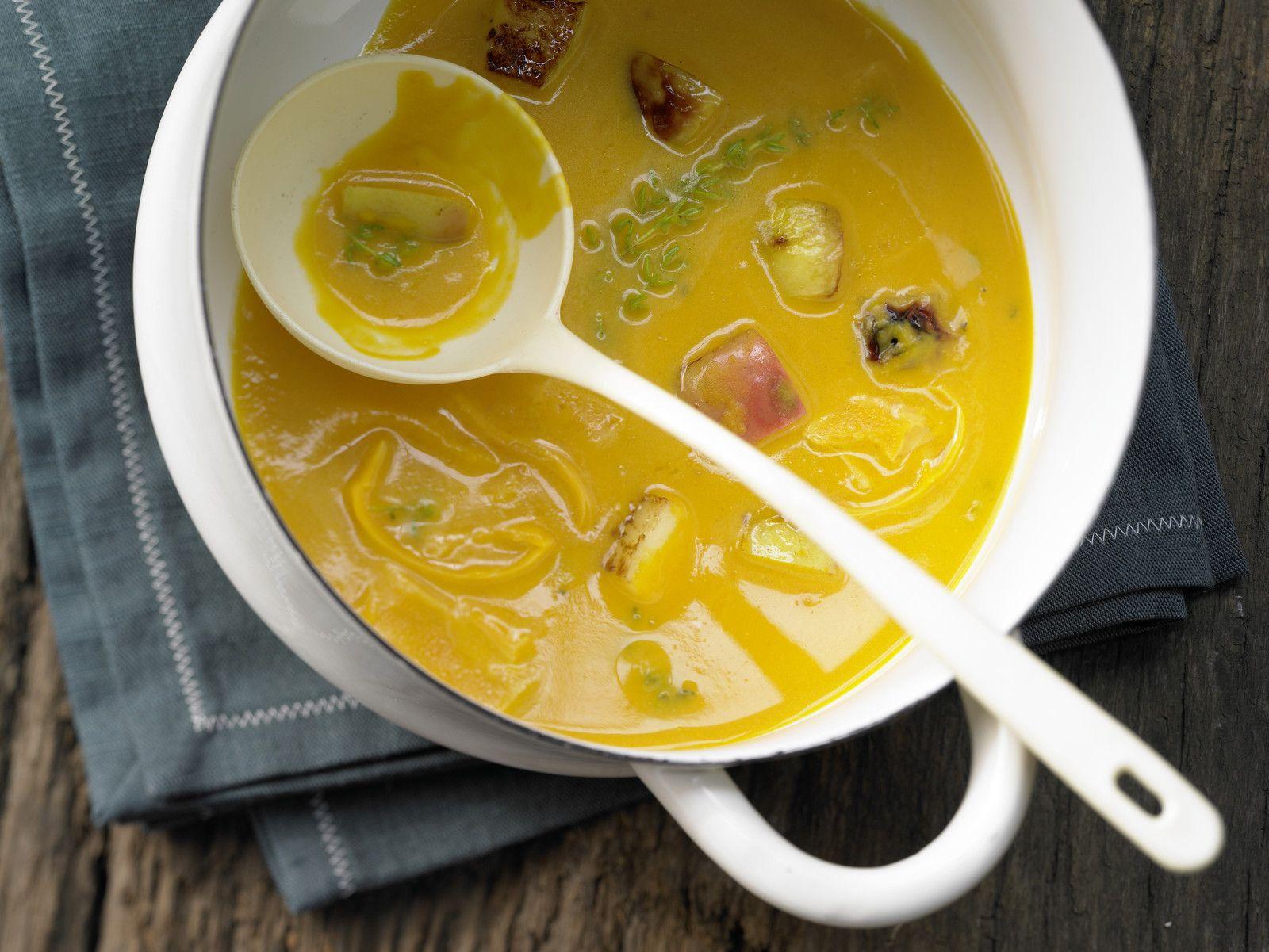 Kürbis-Möhren-Suppe mit gebratenem Apfel und Cheddar-Käse