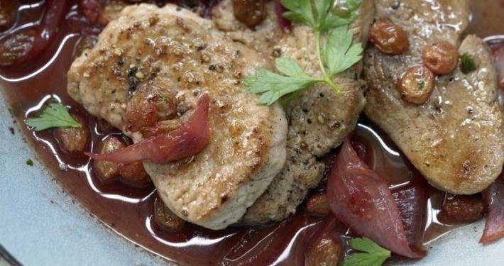 Kalbsschnitzel in Granatapfelsauce mit roten Zwiebeln und Sultaninen